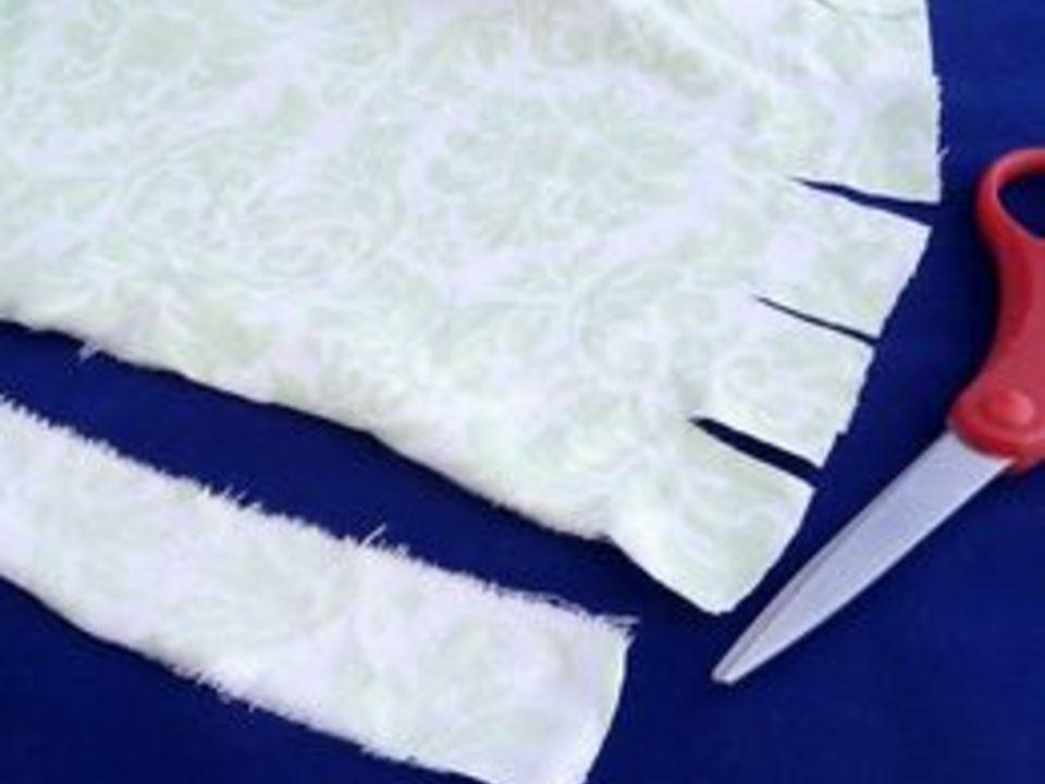 Ножницами ровно надрежьте ткань по отметкам