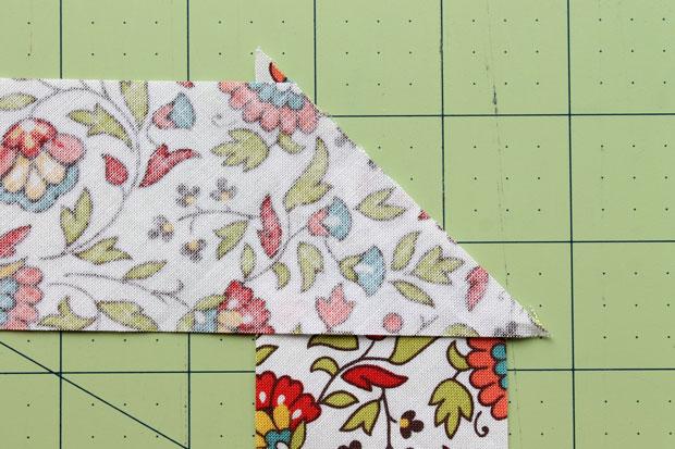 сшивайте получившийся наложением двух полосок квадрат по диагонали простым линейным швом и, наконец, обрезайте уголки лент над швом
