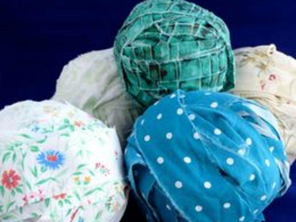 скатайте полоски ткани в клубки