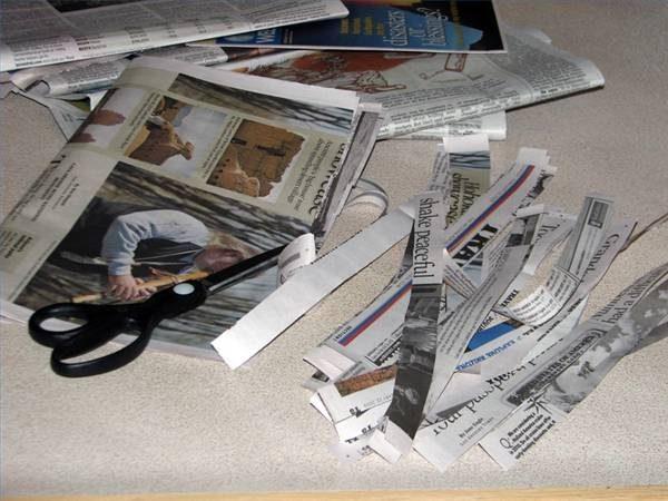 Остальные газеты нарезаем на полоски шириной 2,5-3 см