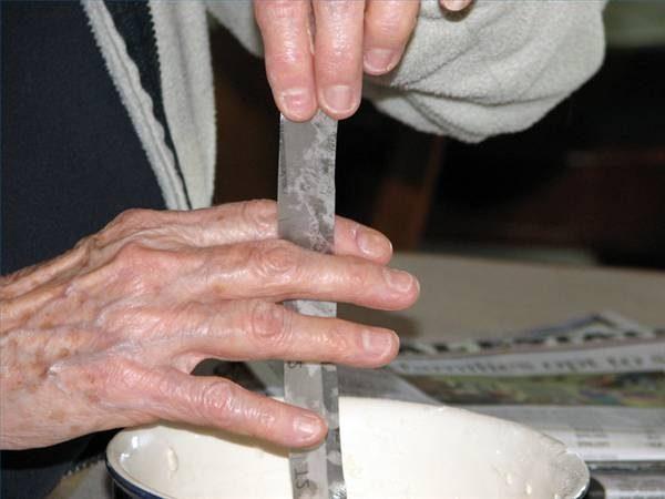 Окунаем каждую полоску по очереди в смесь из муки и затем стираем с бумаги пальцами лишнюю жидкость