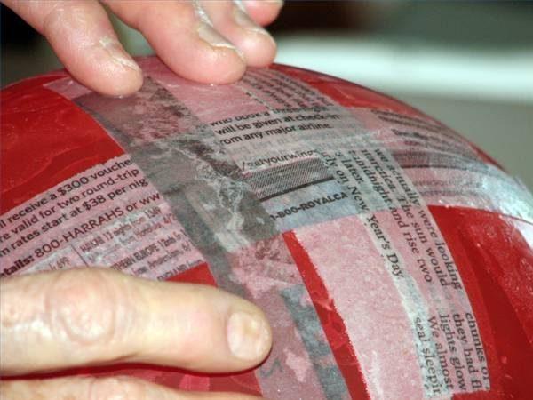 Кладем очередную смоченную полоску на шарик и разглаживаем пальцами, чтобы убрать воздух и пузырьки жидкости