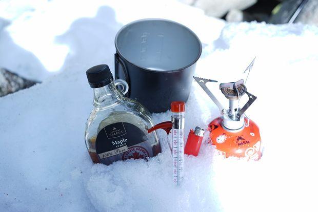 Ингредиенты и посуда для приготовления тянучек ирисок на снегу из кленового сиропа