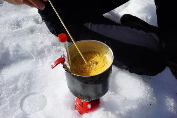 Когда температура на термометре достигнет уровня в 120 градусов, ваше варево готово стать конфетой