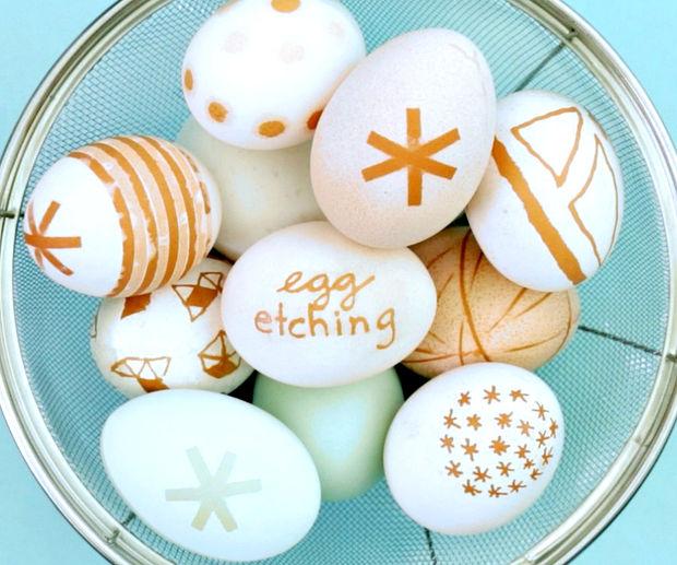 Как украсить яйца с темной скорлупой на Пасху посредством уксуса (травление по яичной скорлупе)