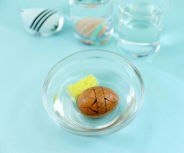 достаем все яйца и либо промываем их под проточной водой, либо окунаем в миску с чистой водой