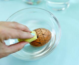 обтираем яйцо губкой