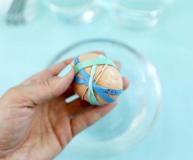 яйцо в резинках после уксусной ванны и обтирания губкой - цвет скорлупы побледнел