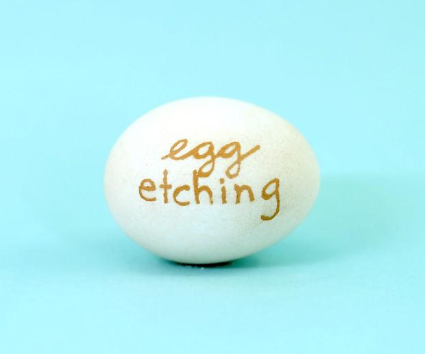 пасхальное яйцо с протравленной в уксусе бывшей темной скорлупой и надписью