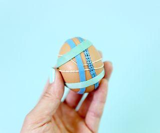 заматываете резинками отдельные зоны яйца