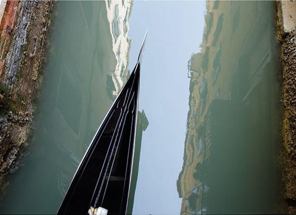 Венеция, отражение домов в воде, нос гондолы
