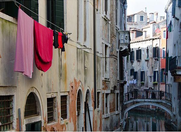 Венеция, дома, канал, белье на веревке - необычные предметы на снимке