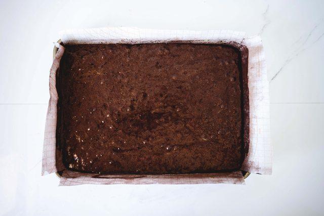 Запекаем 8-12 минут или пока пирог не начнет отходить от боков поддона и пружинить при легком прикосновении
