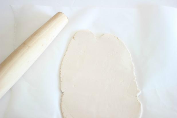 Раскатайте глину скалкой до толщины примерно 0,3-0,5 см