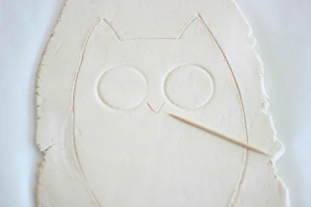 зубочисткой нарисуйте под глазами на глине нос - галочкой