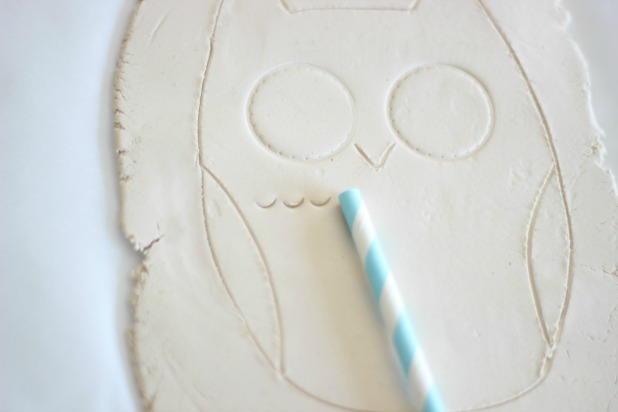 Удерживая соломинку (для питья) под углом, оставьте первый отпечаток-полукруг ее кончиком на глине