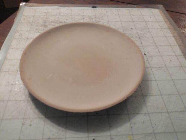 Тарелка из глины - сырец