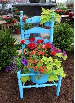 Или вот такой вот оригинальный способ использовать старый резной стул