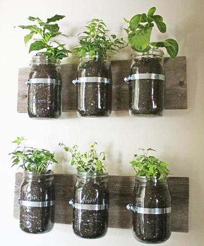 Как стильно использовать старые вещи и тару в качестве горшков и ваз для цветов