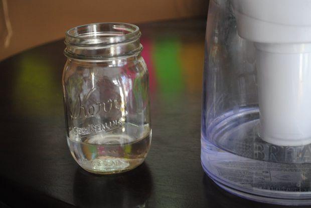 В чистую банку заливаем примерно 120 мл питьевой воды