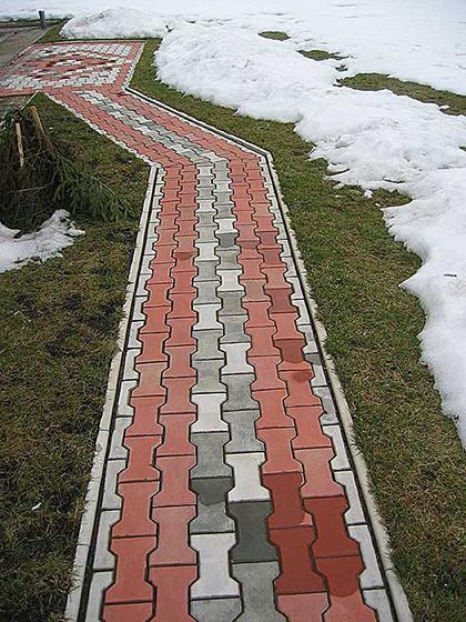 Дорожки же можно выложить цветной тротуарной плиткой – так их и расчищать будет не сложно, и аккуратное яркое пятно среди «белого безмолвия» вам зимой обеспечено.