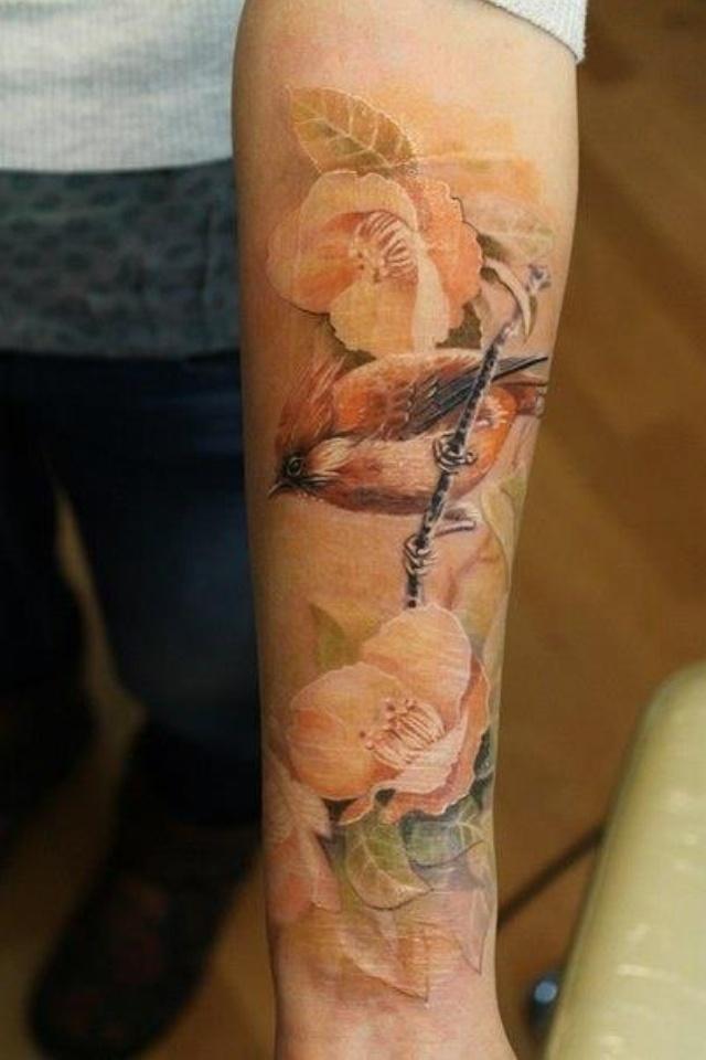 Как выглядит новый тренд – татуировки с винтажными цветами - с птицами на всю руку