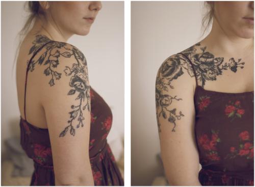 Как выглядит новый тренд – татуировки с винтажными цветами - черно-белые вариации