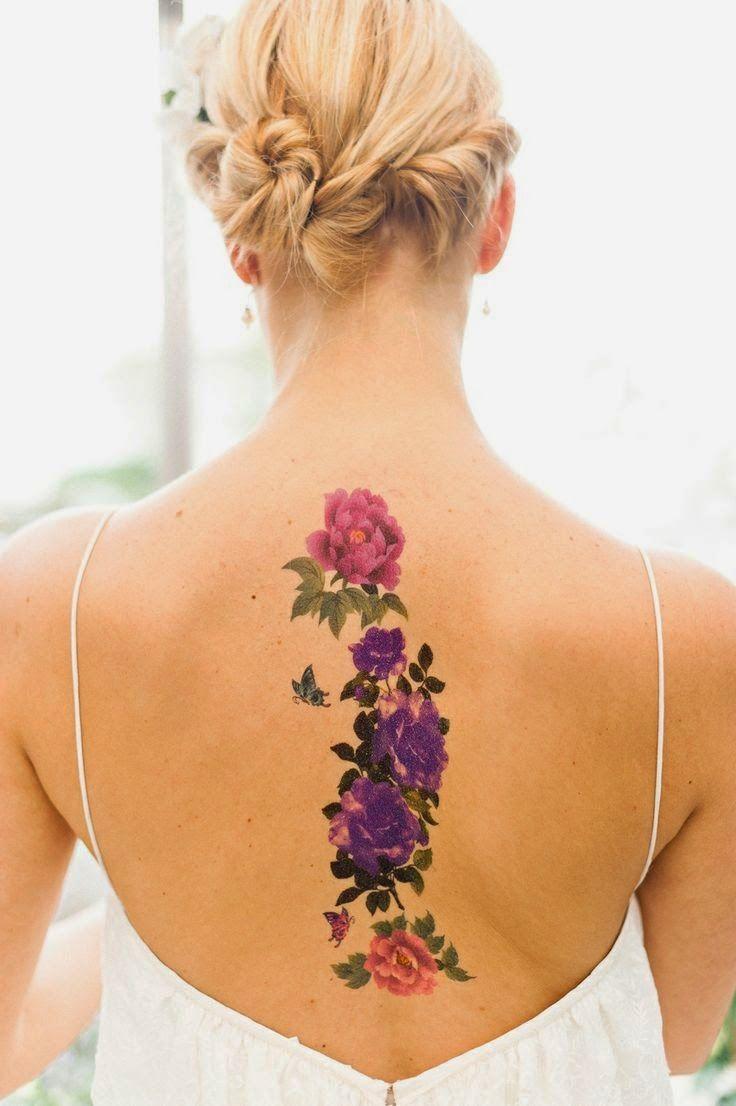 Как выглядит новый тренд – татуировки с винтажными цветами - длинный цветочный узор на позвоночнике