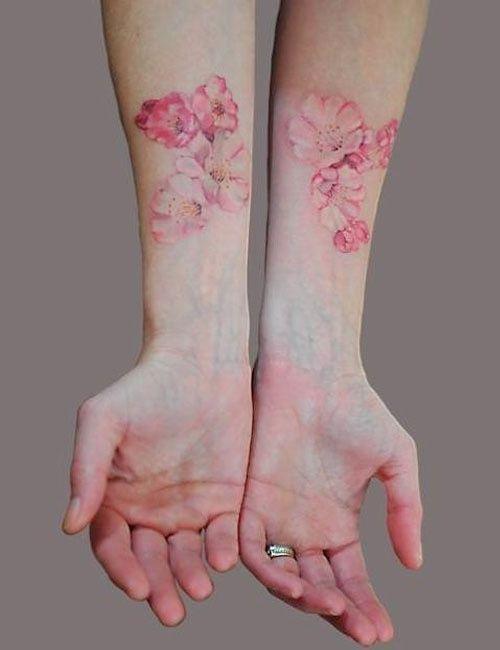 Как выглядит новый тренд – татуировки с винтажными цветами - парные на руках