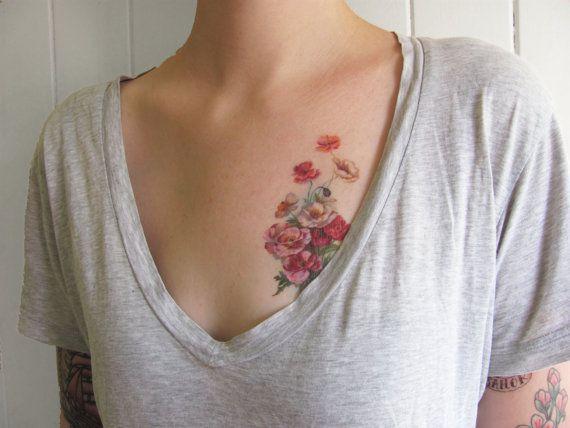 винтажные татуировки из-за их броскости чаще всего комбинируют с простыми футболками и майками