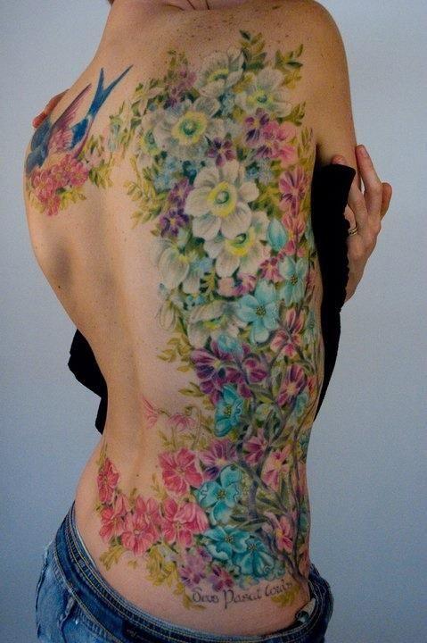 Винтажные цветы, как и все другие татуировки, наносятся как на отдельные зоны тела, так и, скажем, на все руки или спину