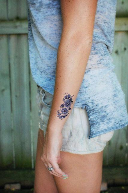 Эстетически более элегантными и скромными могут быть татуировки под гжель