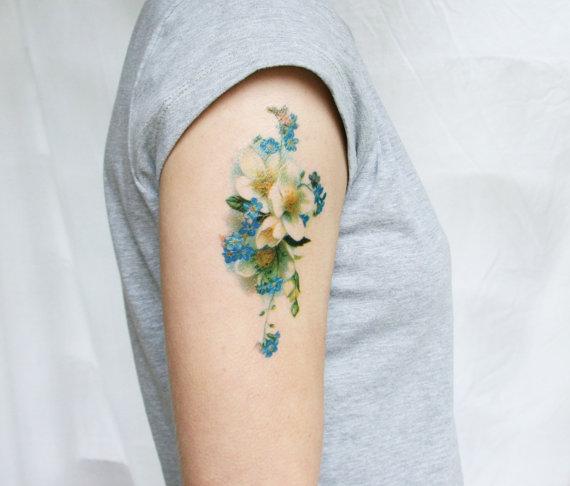 Как выглядит новый тренд – татуировки с винтажными цветами - голубой букет на предплечье