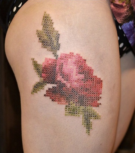 Еще одно ответвление таких дизайнов татуировок – винтажные цветы, будто вышитые крестиком