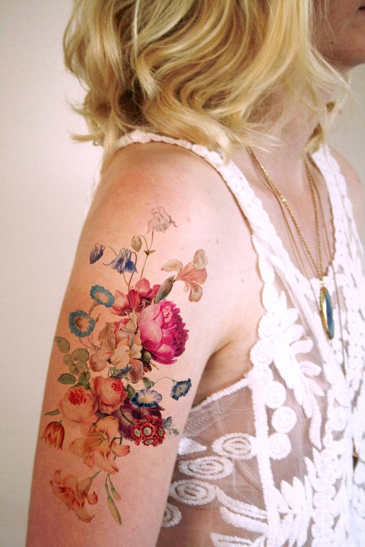Как выглядит новый тренд – татуировки с винтажными цветами - букет с розой на плече