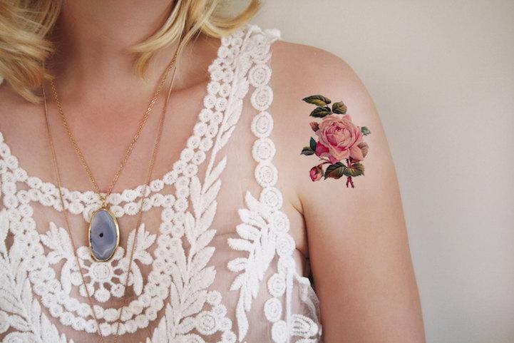Как выглядит новый тренд – татуировки с винтажными цветами - роза на плече