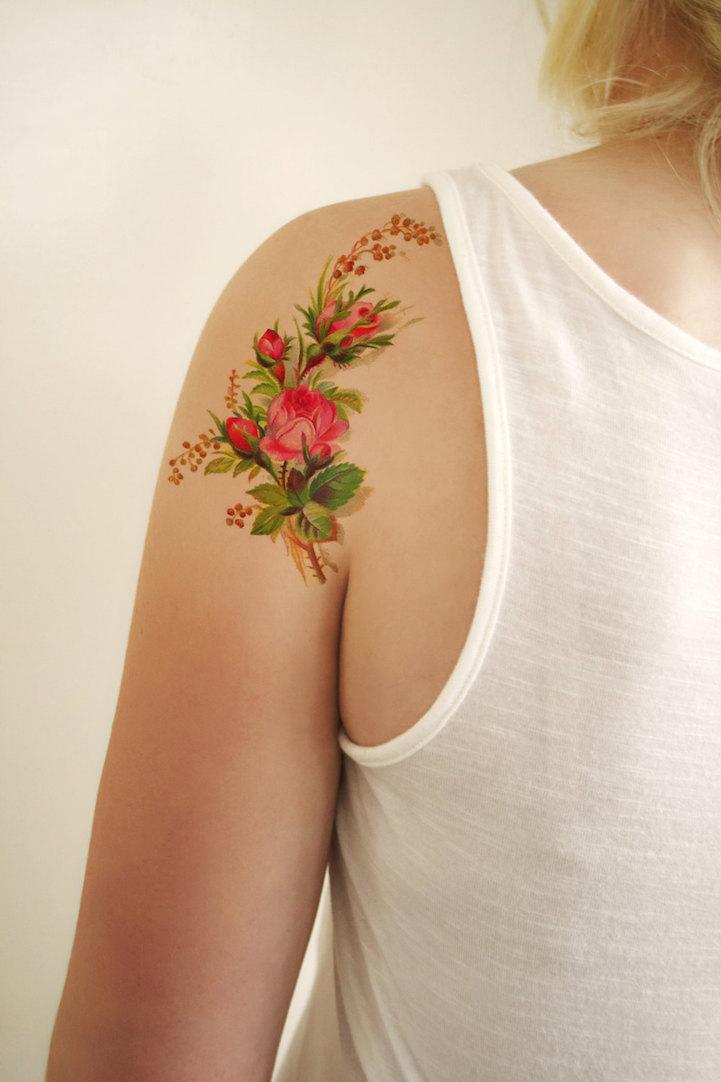 Как выглядит новый тренд – татуировки с винтажными цветами - букет на плече