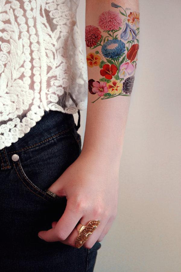 Как выглядит новый тренд – татуировки с винтажными цветами - букет спионами и вьюнками на руке