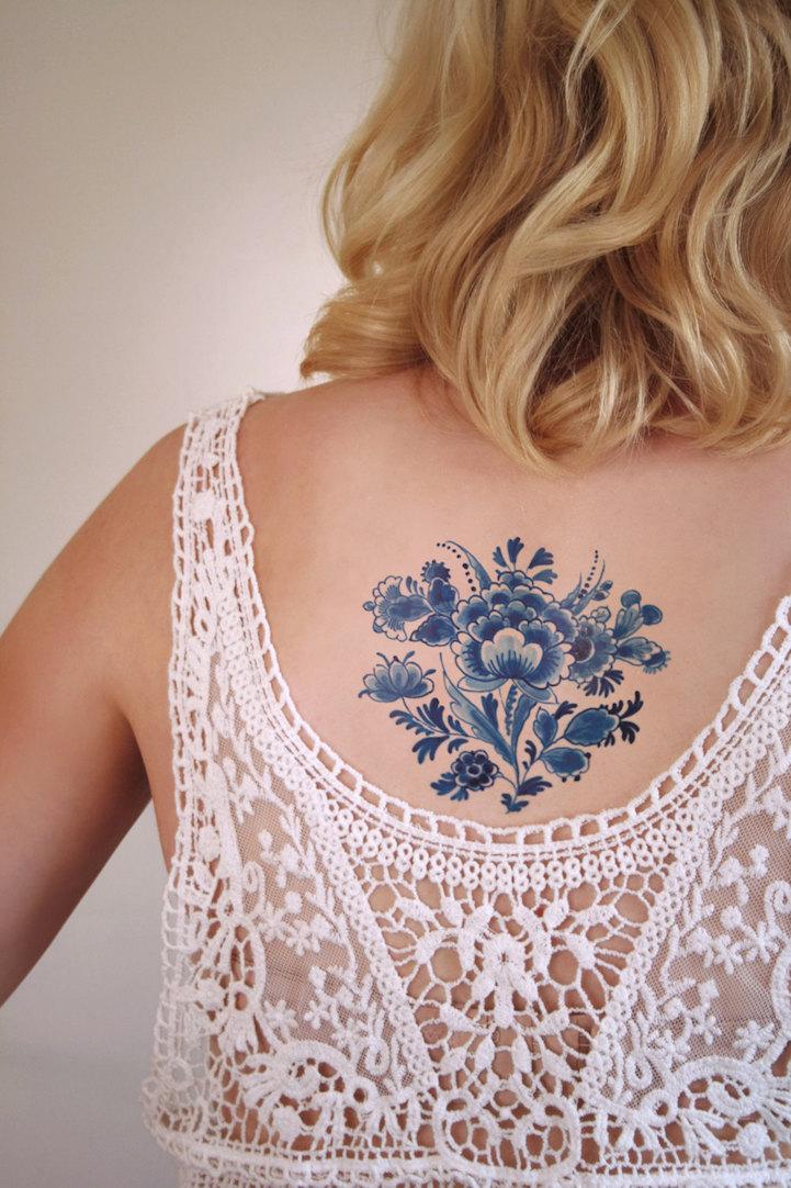 Как выглядит новый тренд – татуировки с винтажными цветами - под гжель