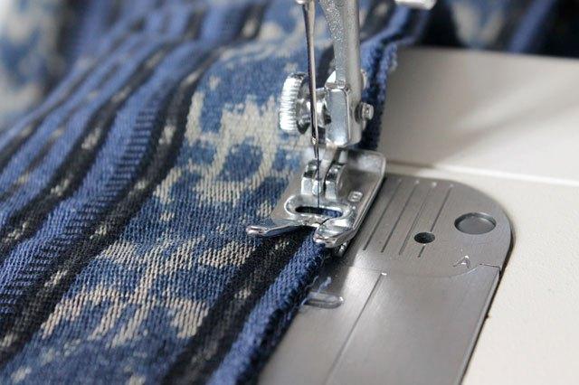 Попарно склеиваем/сшиваем по периметру джинсу и ткань так, чтобы с лицевой стороны у вас была именно ткань