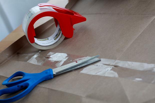 слейте большой лист картона или жесткой бумаги по необходимости скотчем