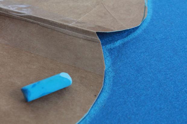 обведите край шаблона на ткани