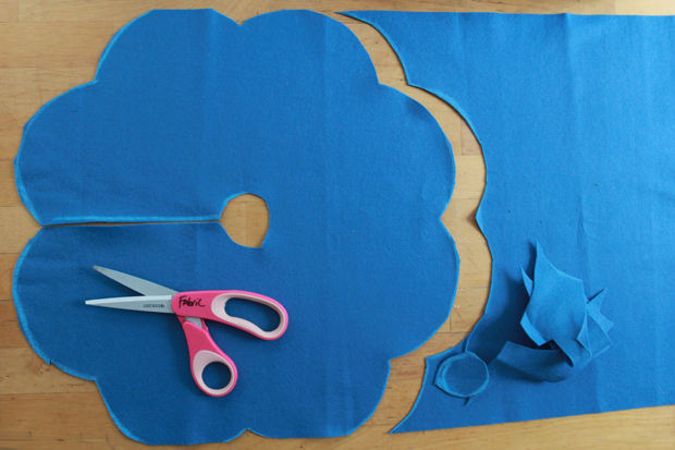 вырежьте цветок из ткани, прорежьте центральное отверстие и разрежьте край сбоку
