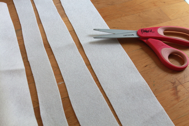 Из белого материала нарежьте полосок разной ширины