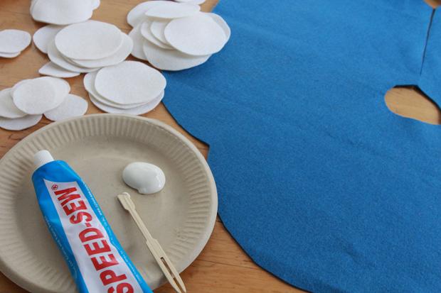 Выдавите клея для ткани на подходящую основу