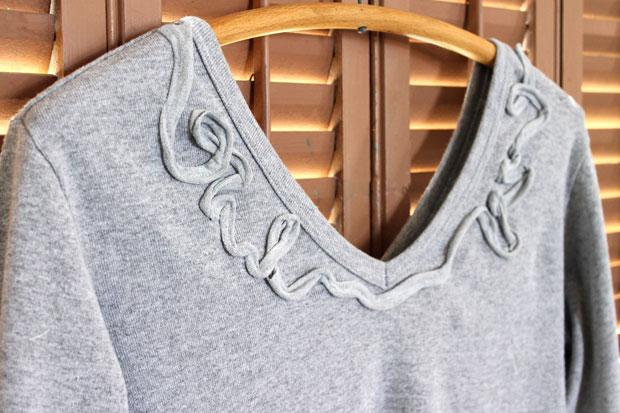 """Узоры из """"футболочной пряжи"""" по линии выреза свитера или футболки"""