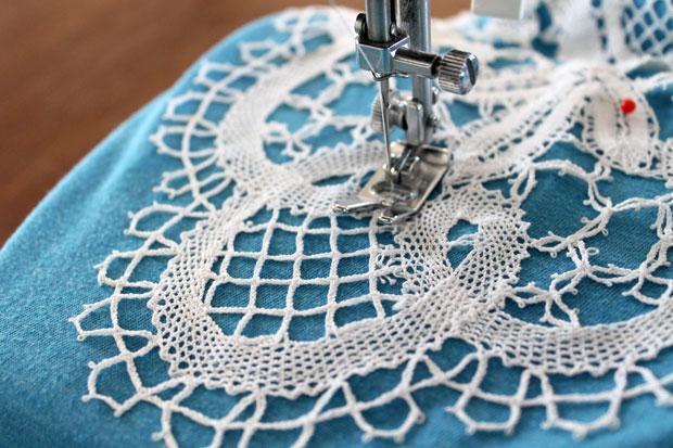 пришейте кружево на швейной машинке