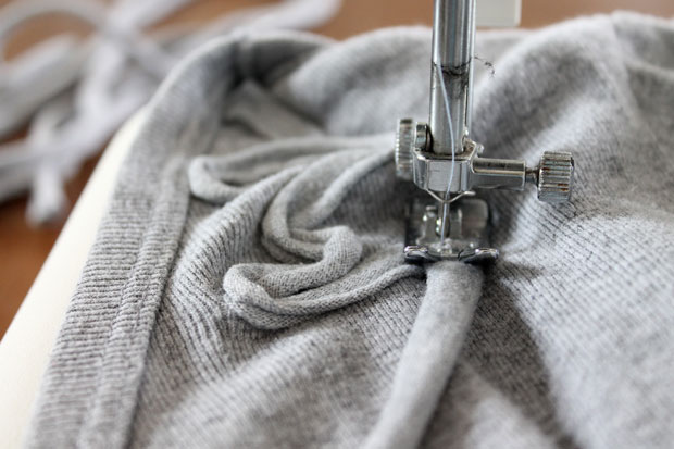 пришиваем узор из футболочной пряжи к футболке