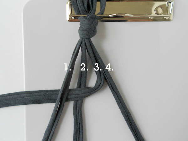 под узлом начинаем вязать простейший узел макраме согласно пошаговой инструкции в картинках