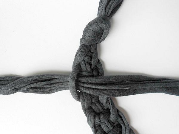 Следующий ряд шарфа-колье начинаем вязать со второго узла ряда первого